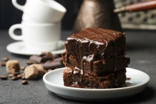 Bolo brownie crocante com cobertura de chocolate
